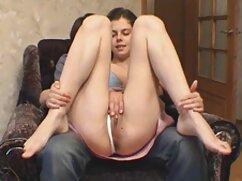 La mujer chupa suavemente una gran polla y se la envía a xxx mujeres mexicanas sí misma entre los rollos
